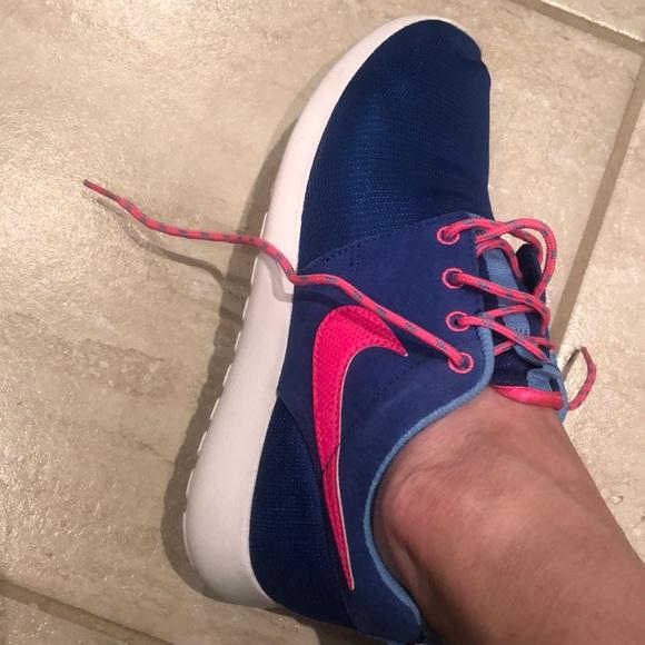Barely worn Nike shoe. Kids 5Y. Fits women's 7